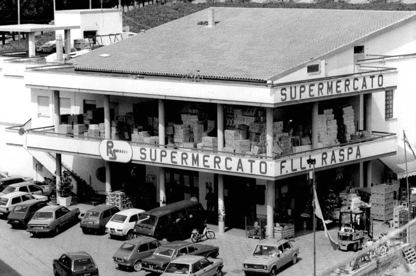 Il supermercato F.lli Raspa in via degli Oleandri