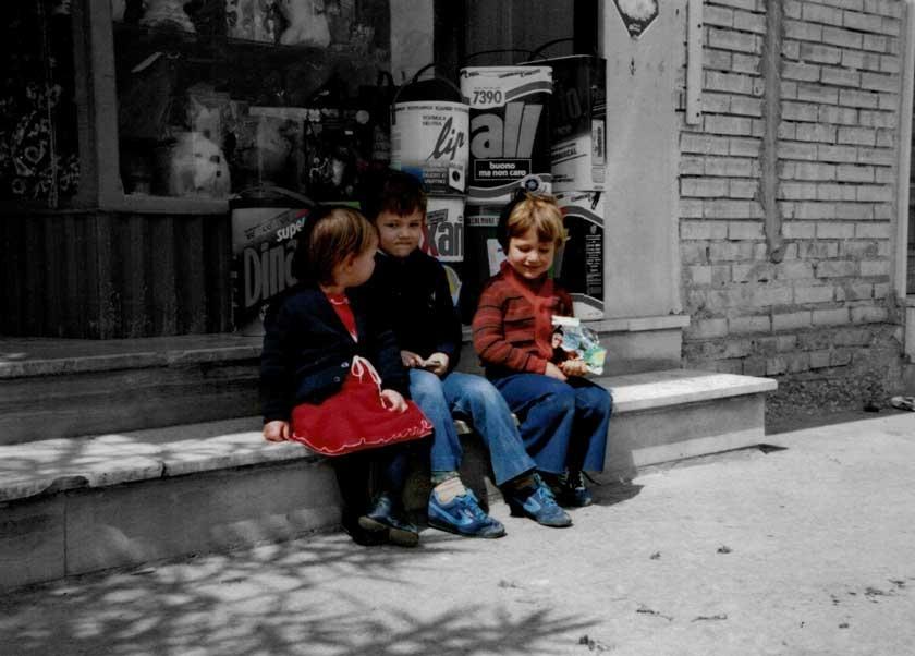 La piccola Pina Raspa e due amichetti davanti il supermercato di Via dello Stadio